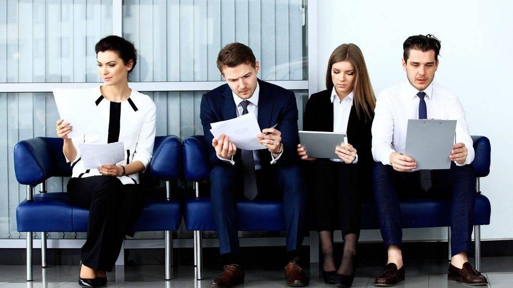 Selección de personas. Modalidades y precios. Candidatos esperando para una prueba de selección.