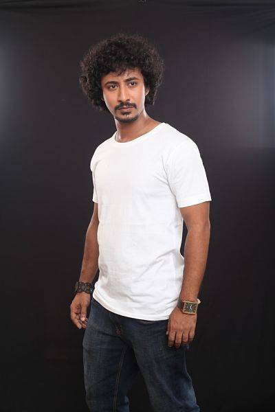 man wearing white crew neck shirt and black jeans 991509 opt