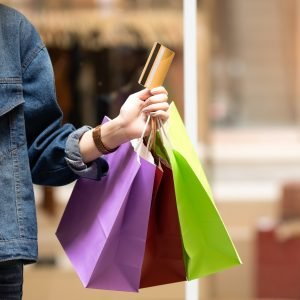 Mystery Shopper. Propuesta económica.--Credit card and shopping bags in hand shopping girl.