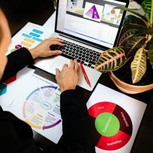 Contenido visual-marketing product manager holding marketing promotion plan